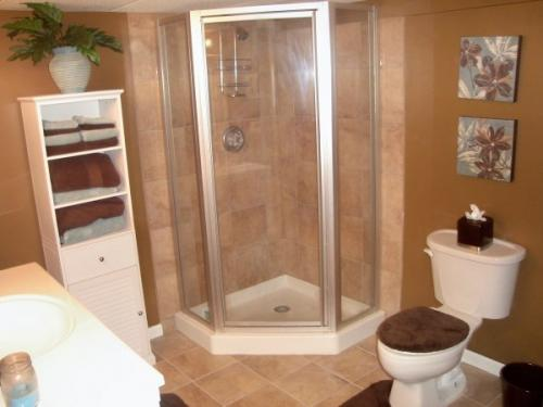 This finished bathroom is warm and inviting thanks to the hard work by the Braendel Services team.
